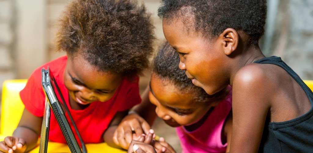 niños de África con tablet