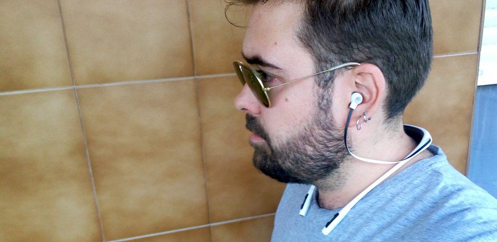 auriculares bluetooth puestos